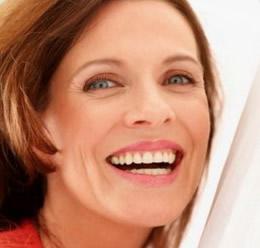 Moteris po dantų protezavimo